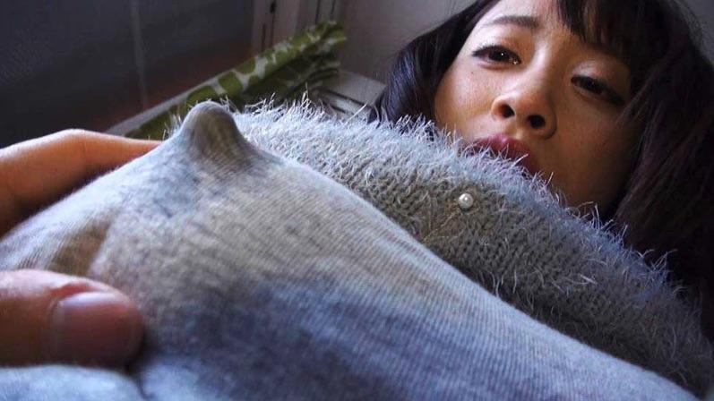 着衣越しでも分かる!卑猥なとんがり勃起乳首を責めた時のアヘ顔がエロいアダルト動画!